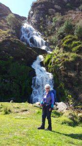 Vacances à pied dans le Donegal, Irlande, devant la cascade de Maghera